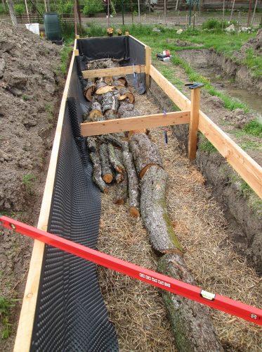 uložené drevá v záhone