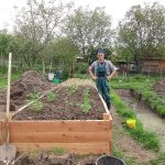 Vyvýšený záhon vo veľkej záhrade