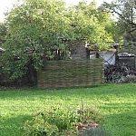 Stena z vŕbových prútov ukryla kompostér